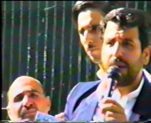 دکتر امامی در حال سخنرانی در میتینگ 29 مهر 76. در این تصویر اقای خاکی فیروز و قادری نیز حضور دارند.